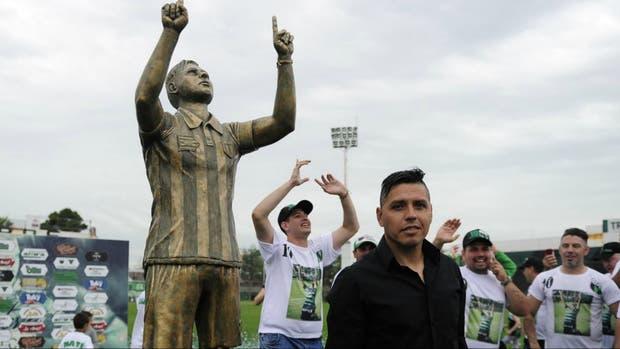 Gomito Gómez y su estatua en Nueva Chicago