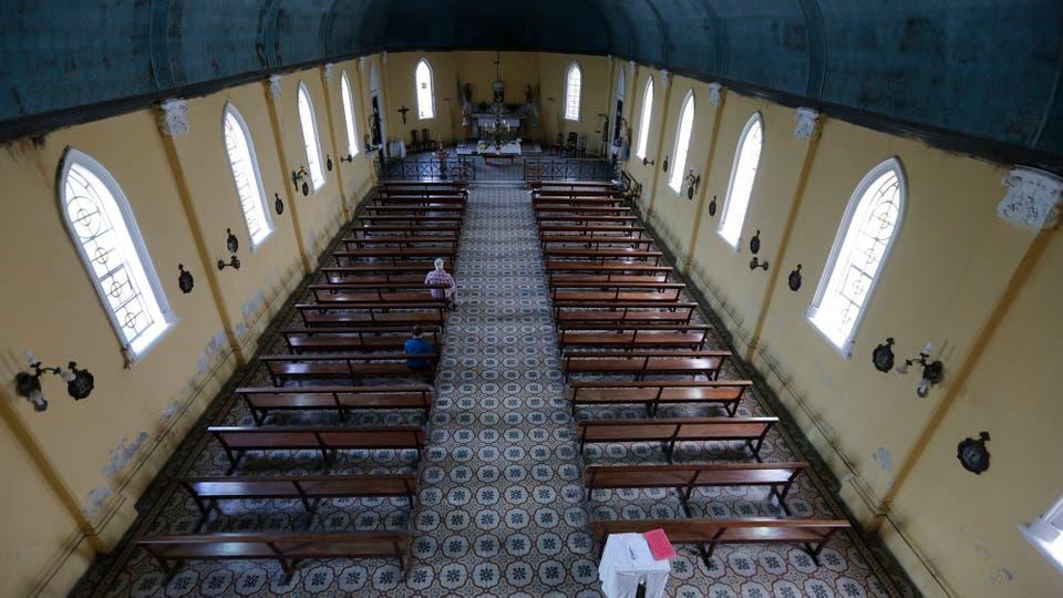 La enorme iglesia ya no tiene monjas, se fueron y el edificio guarda vestigio de su antiguo esplendor. Foto: LA NACION / Ricardo Pristupluk