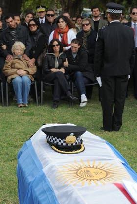 El dolor de la esposa del policía metropolitano muerto a tiros