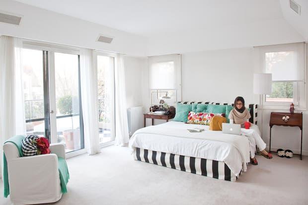 Escoltando la cama, dos piezas de anticuario en lugar de mesas de luz tradicionales..