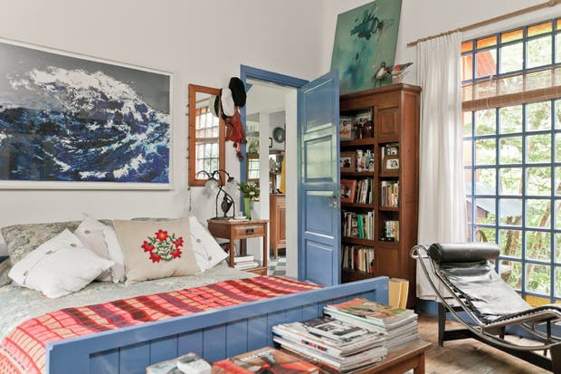 Sobre la cama, una acuarela de la artista Paula Senderowicz. Para los momentos de lectura, chaise longue LC4 en cuero de Le Corbousier (Manifesto)..