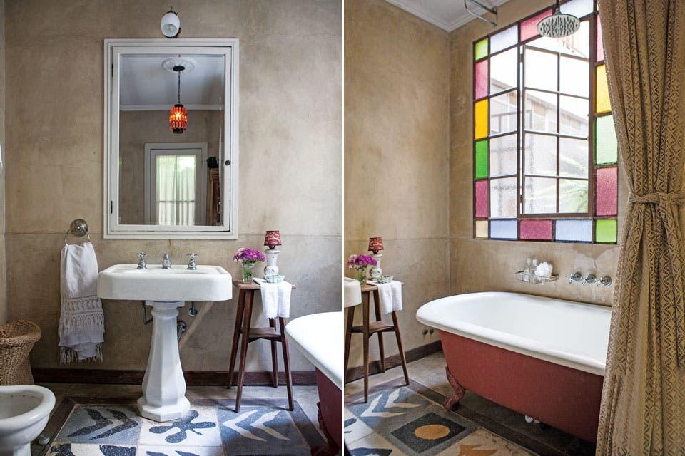 Estos singulares azulejos calcáreos aparecieron debajo del piso de la cocina en la casa original. A los dueños les gustaron tanto que consiguieron más y los usaron en todos los baños. Acá, vista del de la suite.  Foto:Living /Javier Picerno