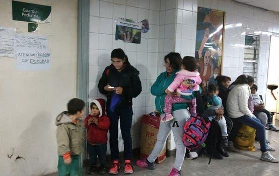 González Catán. La sala de guardia del hospital materno infantil Dr. José Equiza, que depende de la comuna; es un edificio viejo, sombrío y en muy mal estado; las esperas duran horas y faltan asientos. Foto: Fabián Marelli