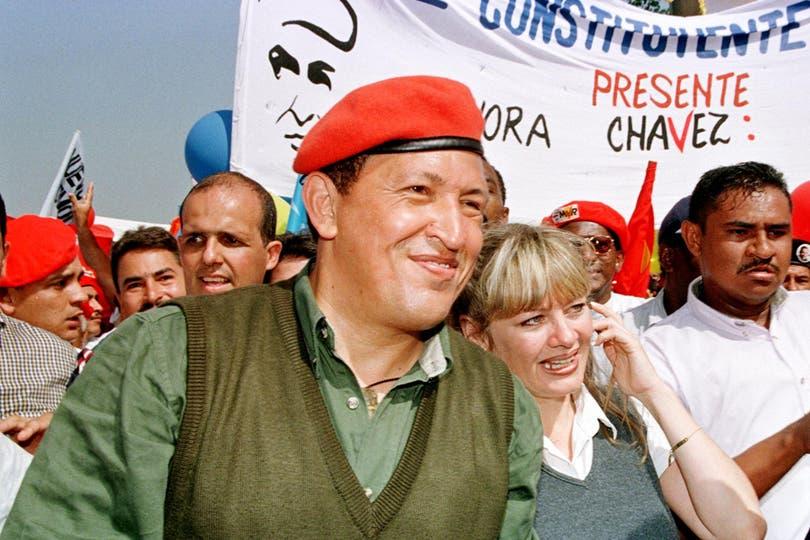 Acompañado por su esposa Marisabel durante una marcha por Caracas, para inaugurar oficialmente su campaña, el 8 de agosto de 1998. Foto: AFP