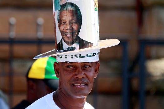 Sombreros, banderas y carteles que homenajean a Mandela se ven en toda la ciudad. Foto: Reuters