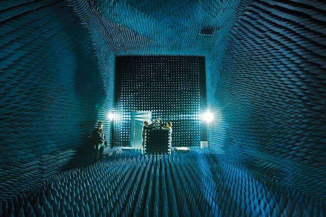 Conos de silencio. En una sala del tamaño de un cine y recubierta de gomaespuma miden las señales que emiten las antenas