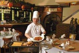 El cocinero Yan Da Wang muestra su especialidad, el pato laqueado