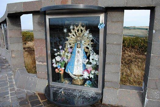 El vidrio de protección de la Virgen en el cementerio de Darwin fue dañado por elementos contundentes. Foto: Comisión de Familiares de Caídos en Malvinas e Islas del Atlántico Sur