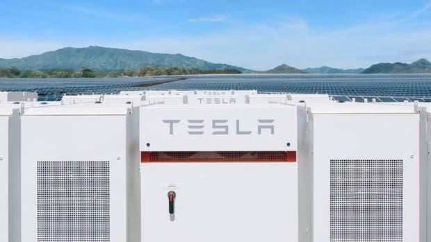 Una vista de los paneles solares junto al sistema de almacenamiento de energía eléctrica de Tesla