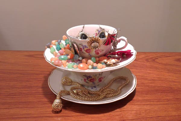 Podés aprovechar algún juego de té que ya no uses para guardar tus accesorios. ¿Qué te parece esta idea?. Foto: Romina Salusso