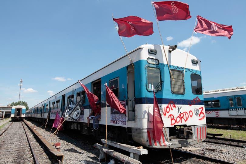 Una formación del tren Sarmeinto detenida en la estación Castelar. Foto: LA NACION / Soledad Aznarez