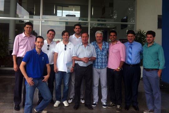 Bilado y la comitiva de AFA junto a los representantes de Cruzeiro en la puerta de uno de los edificos en Toca de Raposa.