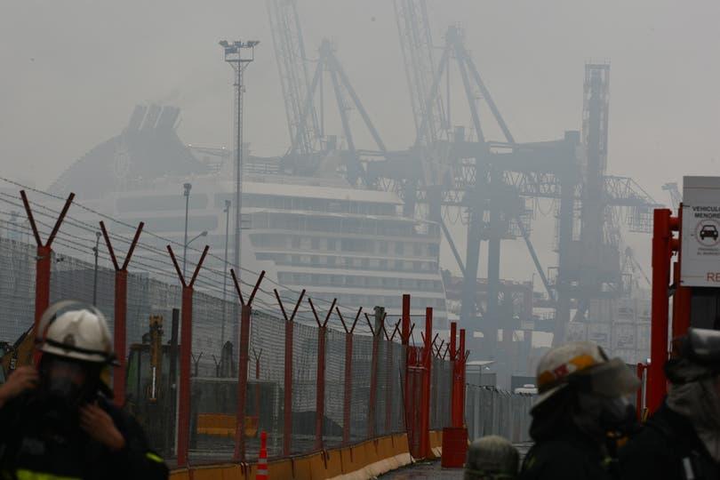 Los barcos cubiertos por la nube en el Puerto 4. Foto: LA NACION / Ricardo Pristupluk