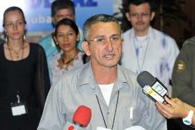Rubén Zamora, integrante de las FARC, lee un comunicado en el Palacio de Convenciones de La Habana, Cuba, donde se desarrollan los diálogos de paz con el Gobierno de Colombia