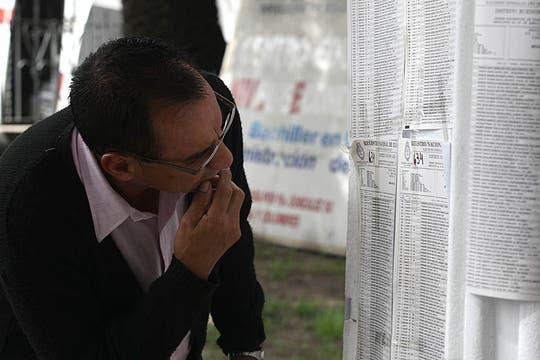 Un hombre lee los padrones en una escuela de LOmas de Zamora. Foto: LA NACION / Ricardo Pritupluk