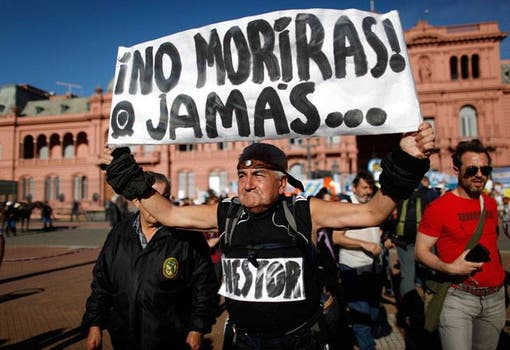 El 27 de octubre de 2010 en la puerta de la Casa Rosada, luego de la noticia de la muerte de Néstor Kirchner. Foto: Archivo