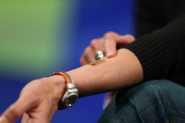 Regina Dugan de Motorola, con el tatuaje que le permite reemplazar a las tradicionales contraseñas