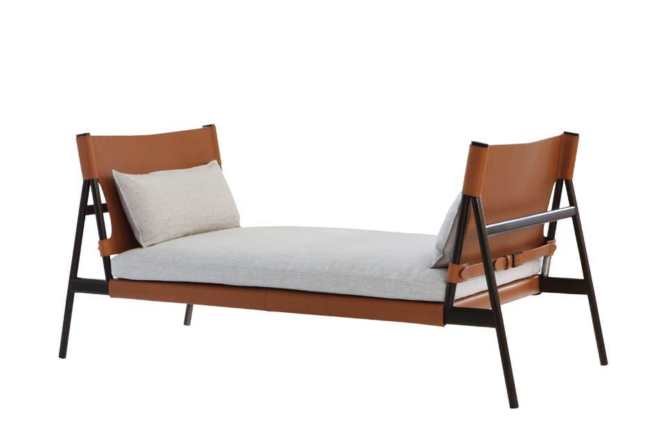 En sintonía con la onda nómade imperante, sillón en madera y cuero estilo catre 'Traveller', del dúo ítalo-danés GamFratesi para la firma porro.com .