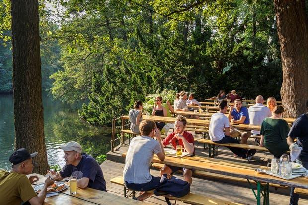 Si el tiempo ayuda, no hay que dejar de ir a un clásico biergarten, como el Café am Neuen See en medio del Tiergarten.  Foto:Living /Daniel Karp