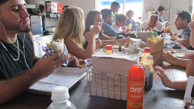 Las salsas picantes conviven con los repelentes de mosquitos en una popular taquería de Wynwood, Miami