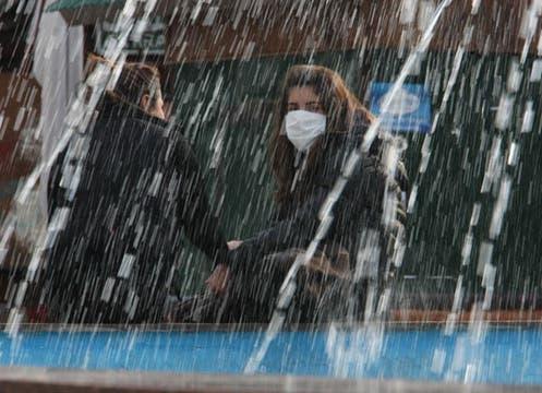 Alcohol en gel y barbijos, empiezan a aparecer entre los usuarios de subte y colectivos como primeras medidas ante la emergencia sanitaria. Foto: LA NACION