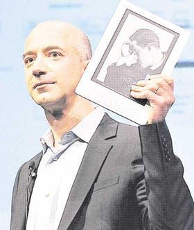 Jeff Bezos, el presidente de Amazon, con el exitoso Kindle
