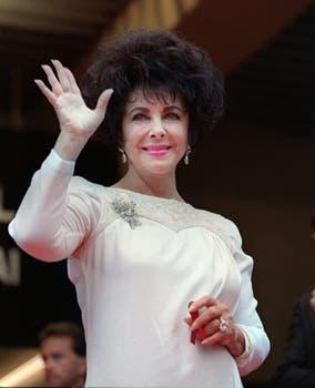 Elizabeth Taylor saluda a la multitud en mayo de 1993, en el estreno del film Cliffhanger, durante el evento llamado Cine contra el Sida, que convocó a muchas personalidades..