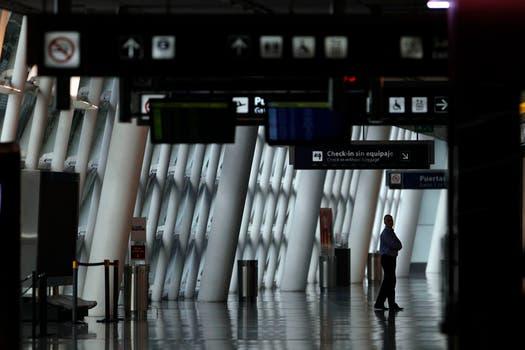 Vista del hall del aeroparque metropolitano sin gente debido a la suspensión de los vuelos. Foto: AP