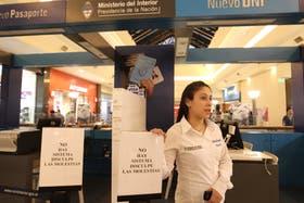 Elizabeth Reynoso, en el stand del Unicenter, atiende las consultas