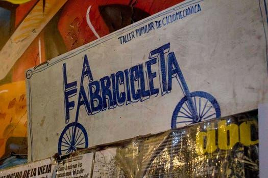 Un cartel de La Fabricicleta, un taller popular de autoreparación de bicis. Foto: LA NACION / Matías Aimar