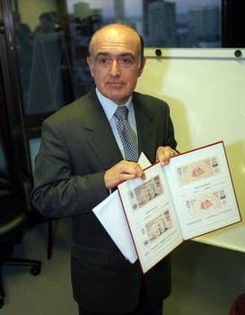 """Ruckauf presenta los nuevos bonos """"patacones"""", en julio de 2001. Foto: Archivo"""
