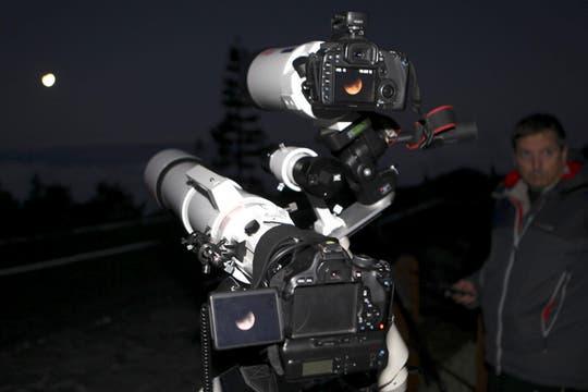 Espectáculares imágenes del eclipse lunar que pudo verse en todo el continente americano. Foto: EFE