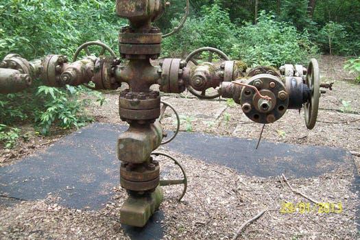 Un pozo mal cerrado con pérdidas contaminantes. Foto: Amigos del Parque Nacional Calilegua