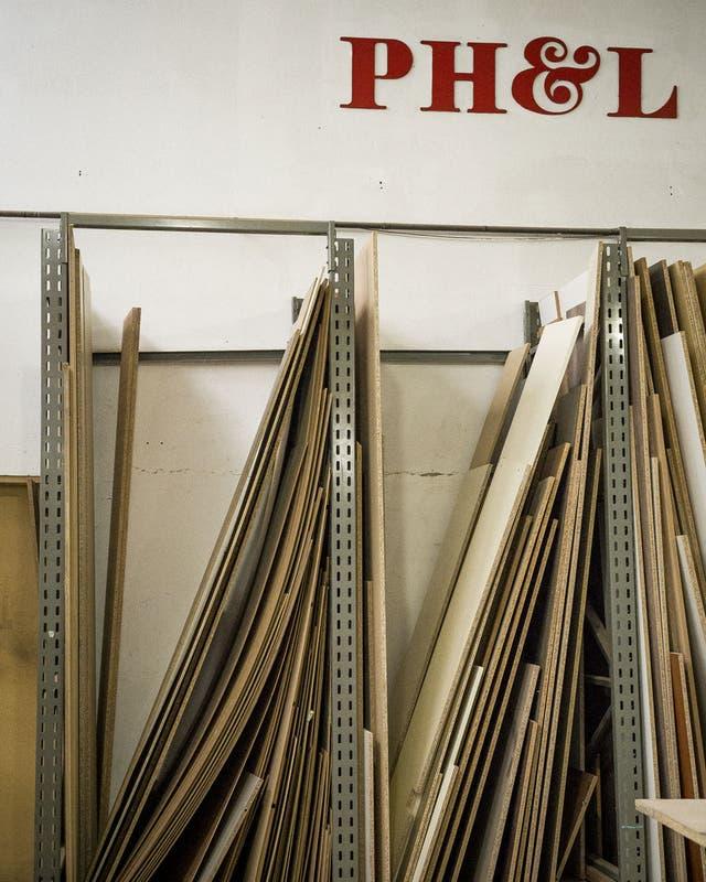 Racks donde se guardan los recortes ya concluidos, para el mecanizado y el ensamblaje
