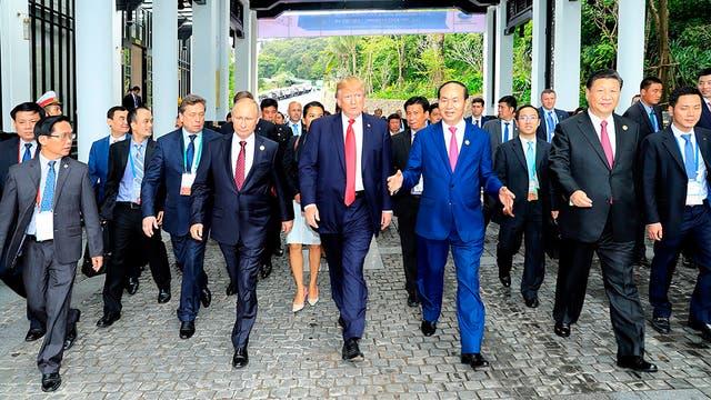 Apretón de manos, sonrisas y cruces de palabras: la charla informal entre Trump y Putin en Vietnam