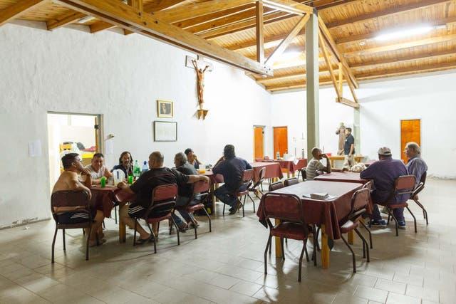 Los combatientes llegan al albergue en donde comen y descansan por unas horas. Ahí están los brigadistas y los maquinistas
