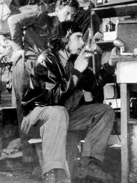 En Las Villas poniendo en marcha Radio Rebelde. Foto: Fotografía del libro Che Guevara, la vida en juego