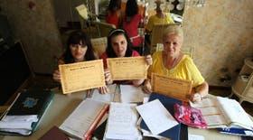 Edith Beraldi, Débora Beraldi y Sara Sconza lucen con orgullo sus diplomas de egresadas