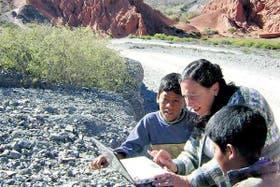 La promotora del proyecto, Claudia Gómez Costa, con dos alumnos de la escuela de El Perchel, al norte de Tilcara