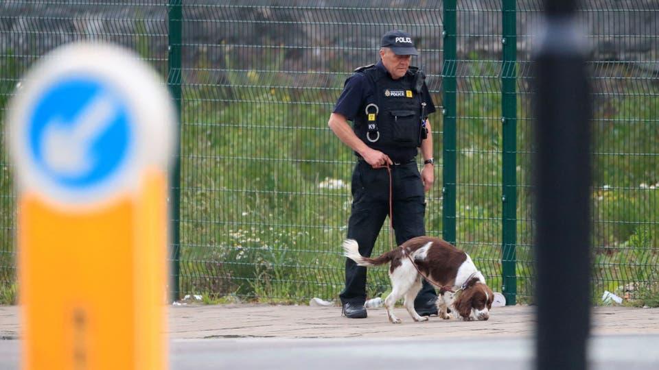Un policía con un perro rastreador patrulla cerca del Manchester Arena . Foto: AP / Danny Lawson