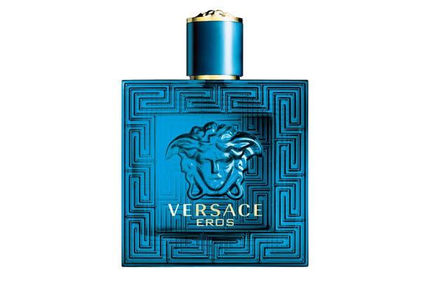 Versace Eros 50ml ($472), una fragancia que transmite sensualidad y frescura obtenida de la combinación de hojas de menta, cáscara de limones italianos y manzana verde. Foto: Selecta Com