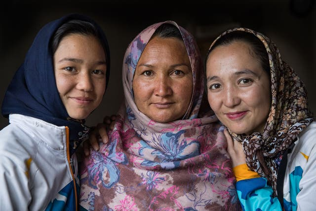 Zakia Mohammadi con las mujeres de su familia