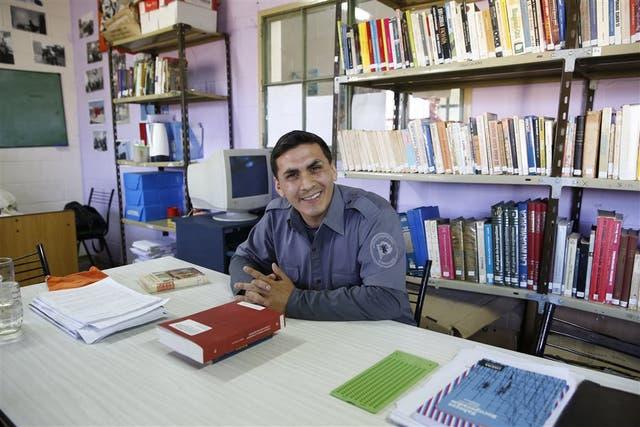 Rodrigo Altamirano, en uno de los escritorios done cursó Sociología, en la cárcel de San Martín