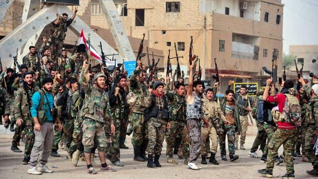 Las fuerzas del gobierno sirio festejan en Abu Kamal