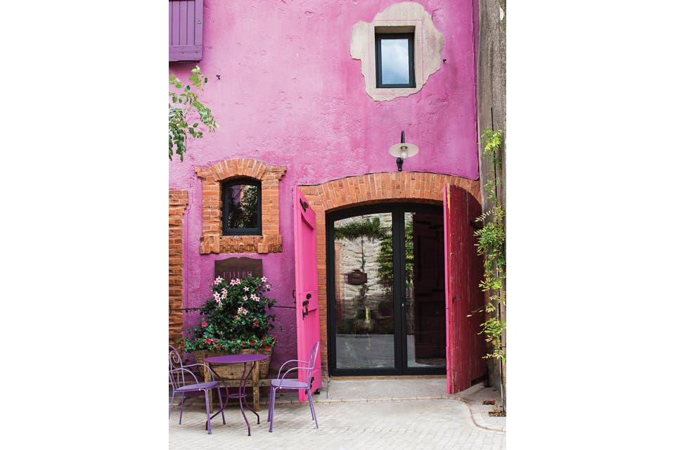 Con sus vastas extensiones de viñedos y campos de lavanda, el entorno ha sido la referencia más precisa para inspirar y decorar las terrazas y los exteriores del château .  /Eugenia Daneri
