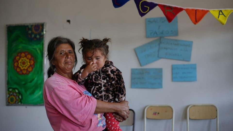 Estela asiste a la escuela con sus tres hijos y su nieta. Foto: LA NACION / Diego Lima
