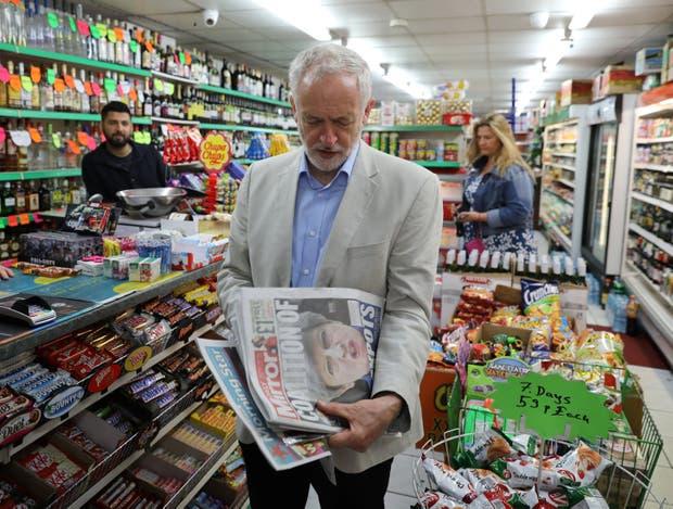 Corbyn, ayer, al comprar los diarios en un negocio en Londres