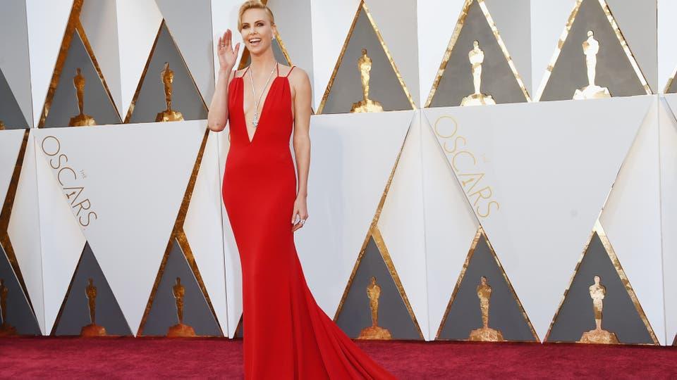 Charlize Theron con un vestido rojo de Christian Dior y joyas de Harry Winston. Fue una de las más correctas de la noche.