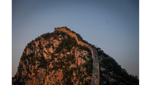 Un avión vuela sobre la Gran Muralla