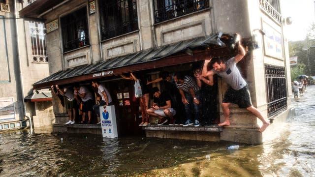 Por la gran cantidad de agua y las bolas de granizo que caían del tama?o de una pelota de tenis, los peatones corrieron a refugiarse